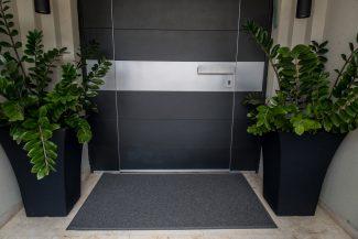 שטיח סף לכניסה לבניין הייטק אפור בהיר