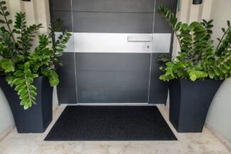 שטיח סף לכניסה לבניין הייטק שחור